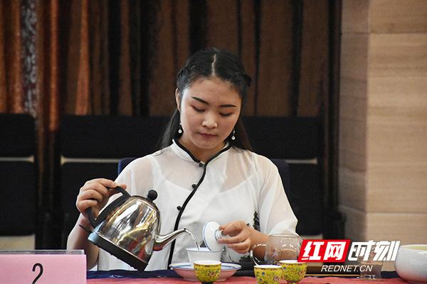 参赛的茶仙子现场煮茶。.jpg
