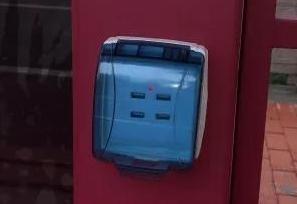 厉害了!嘉兴新公交站台可以USB充电WIFI上网