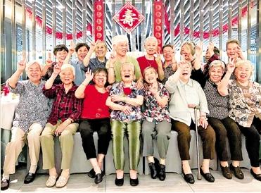 一起慢慢变老 杭州8090姐妹为99岁老人开生日趴