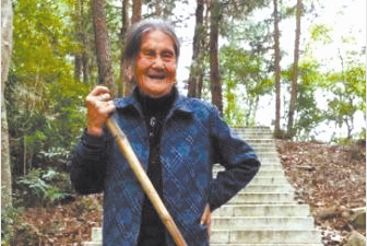 """""""南崖奶奶""""义务清扫古道17年 如今女儿接过她的扫帚"""