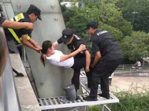 杭州民警一个公主抱 闹市运河段救下轻生女子