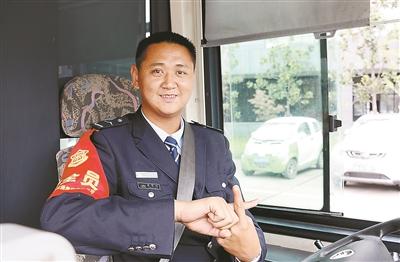 当过侦察兵的公交车司机凭警觉和急救技能救人一命
