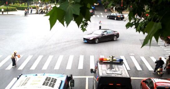 杭州街头发生震撼一幕!行人慢悠悠过斑马线,一位特警实在没忍住……