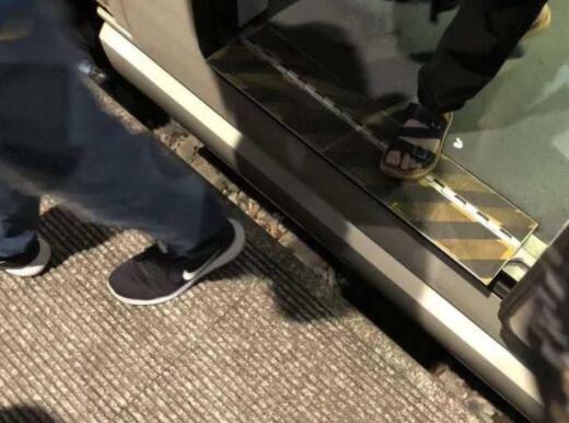 杭州火车东站一男孩掉入站台缝隙 众人合力救援