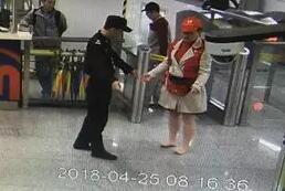 《人民日报》为杭州地铁光脚阿姨点赞:最是善意暖人心