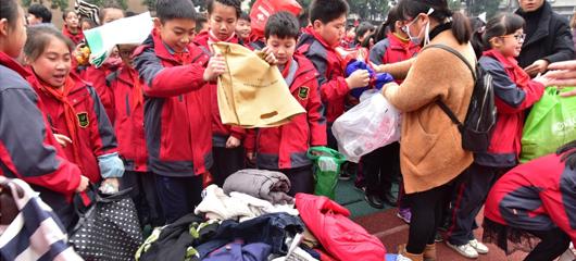 建德:捐衣捐书献爱心 温暖贫困儿童心