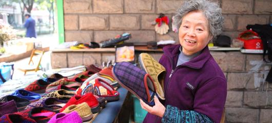 杭州六旬聋哑夫妻摆摊20年 自力更生巧手缝制保暖鞋