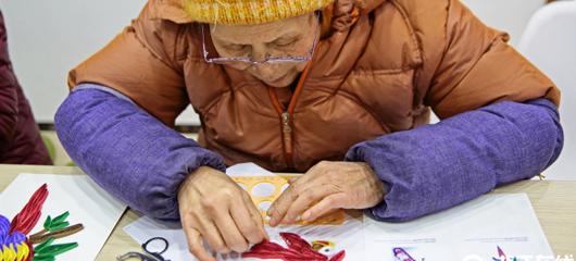 妙手生花!杭州古稀老人为公益巧手做衍纸