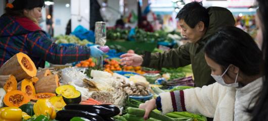 受降温影响 杭州农贸市场菜价略有上涨