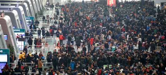 春运|杭州火车东站候车大厅人声鼎沸