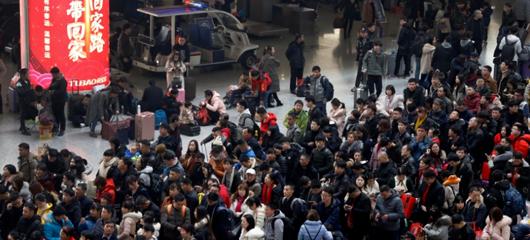 杭州火车东站人潮涌动 迎春运客流高峰