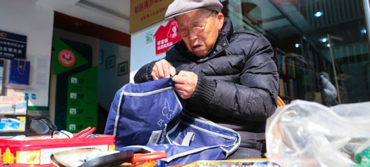爱心贵在坚持 杭州88岁老人义务为市民修拉链37年