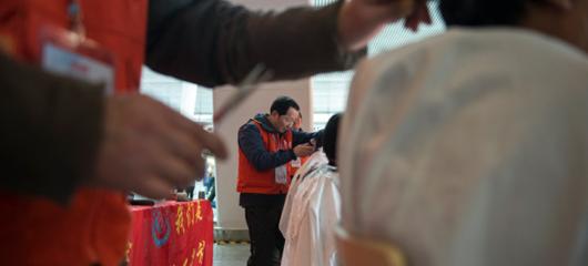 杭州志愿者为返乡乘客免费理发