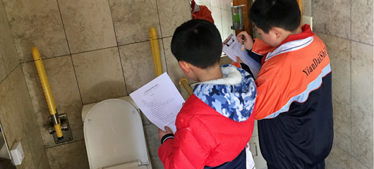 小厕所大民生 杭州小学生公厕里找问题