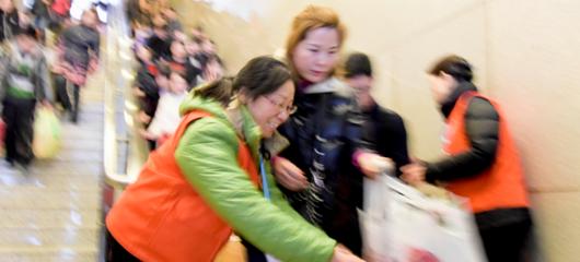杭州铁路志愿者服务旅客情暖春运