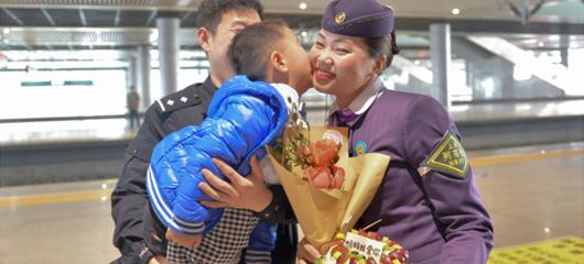 杭州东站暖心一幕 孩子为列车长妈妈送自制蛋糕