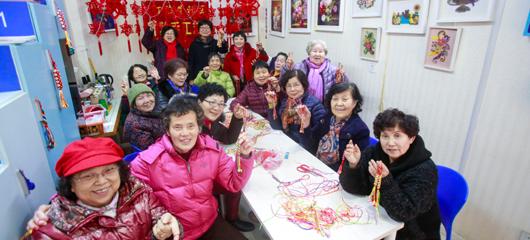 杭州这群大妈个个巧手匠心 能把空瓶旧纸变手工艺品