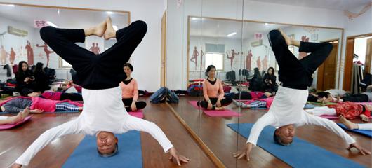 """这些动作你会做吗?杭州74岁瑜伽爷爷骨骼柔软似""""小鲜肉"""""""