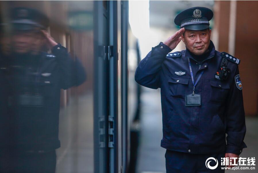 舍不得说再见!杭州铁警周建忠退休前的最后一个春运