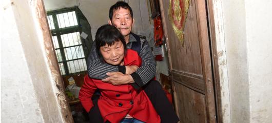 桐庐:丈夫瘫痪在床33年 妻子不离不弃陪伴照料