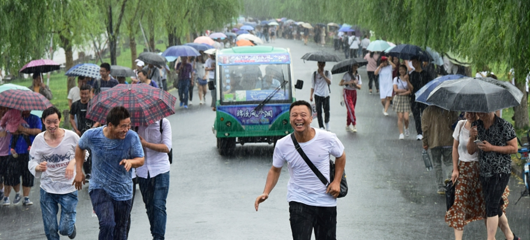 杭州突降阵雨 游客猝不及防