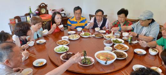 杭州13位老人别墅里抱团养老 相聚容易相处难