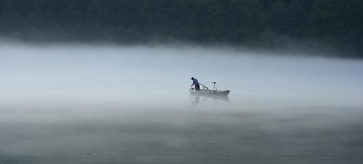 建德:渔家晨捕 雾中缥缈