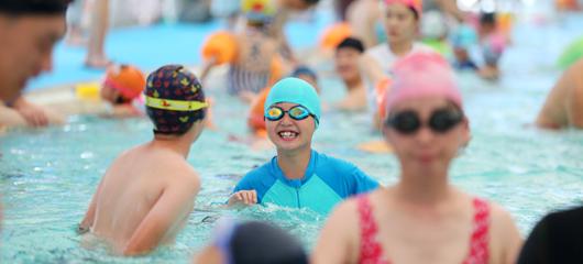 水中觅清凉 健身消暑两不误