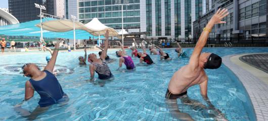 74岁爷爷开班教授水上瑜伽