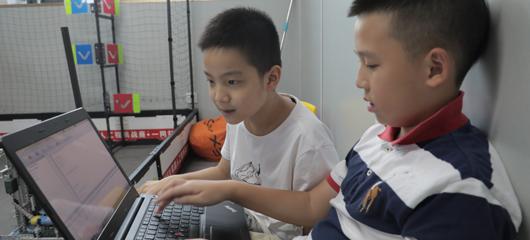 """""""编""""学边玩!杭州伢儿组队写代码让机器人动起来"""