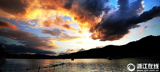 高温继续 西湖上空现壮观火烧云