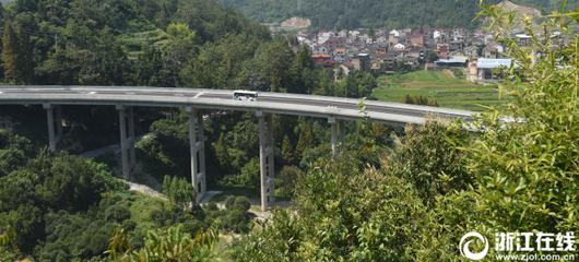 桥墩近10层楼高 富阳横槎大桥通车了
