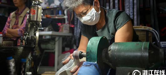 38年修鞋不涨价 只因丈夫生前一句话