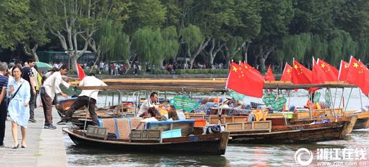 西湖游船挂国旗迎国庆