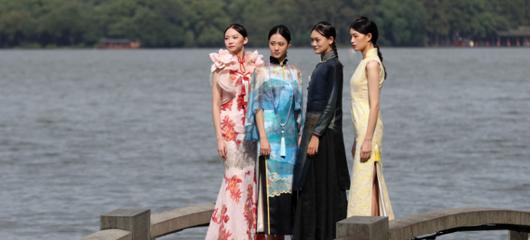 杭州主题旗袍亮相西湖长桥