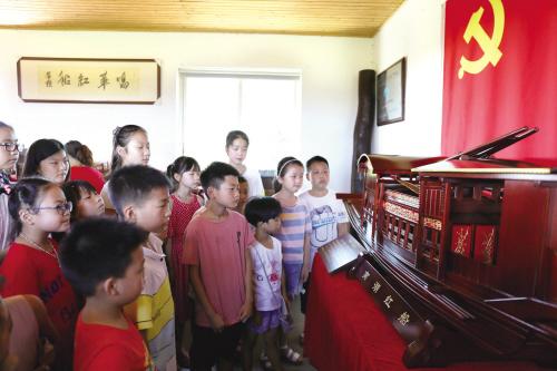 聆听南湖红船的故事