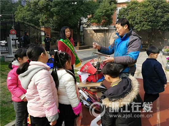 莲花港幼儿园 收废品的叔叔来称重.jpg