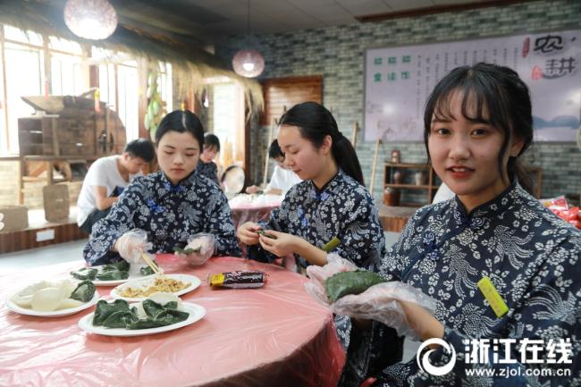图为学生在农耕文化馆内学习制作清明饺子2.JPG