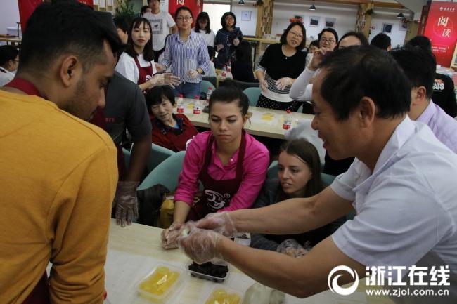 赵大有食品有限公司的老师傅为留学生示范龙凤金团制作方法.JPG