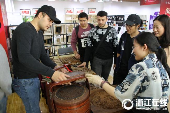 留学生对来自赵大有宁式糕点博物馆的老物件产生浓厚兴趣.JPG