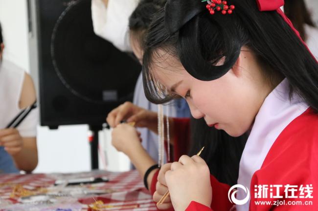 两岸学生参加汉文化社团的体验活动1.JPG