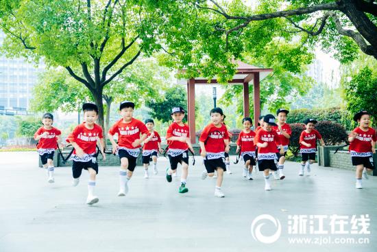 人们常说不要让孩子输在起跑线上,那么就让我们在广场上的起跑线上再一次地起跑吧;.jpg