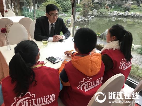 关注教育热点 小记者和省政协委员探讨民办与公办的困惑