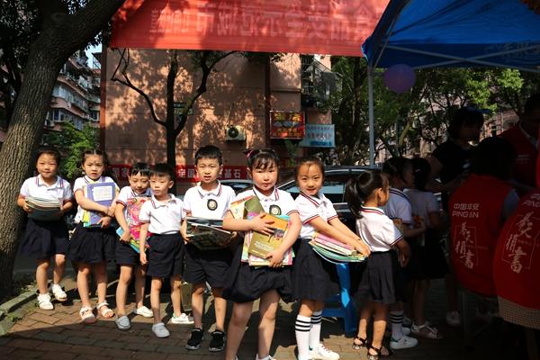 绿梅幼儿园的小朋友正在捐书 (2)_副本.jpg