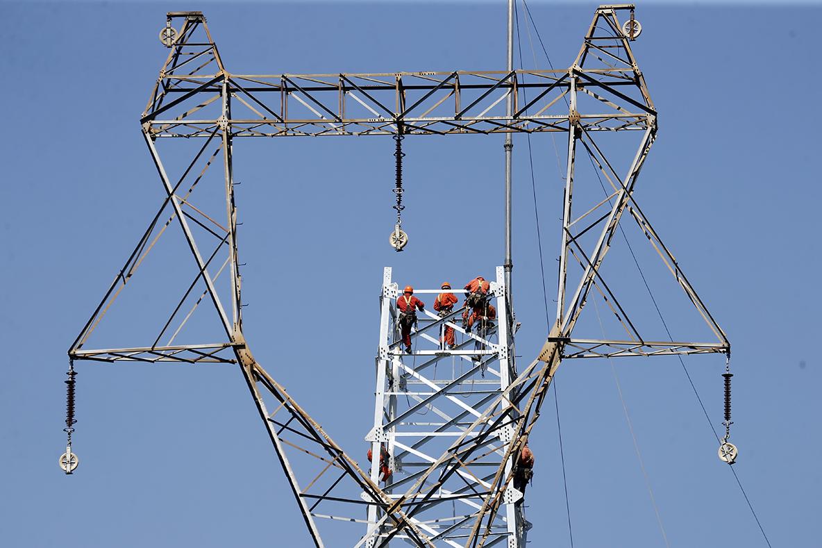 _D3Y37371工作人员正在进行立塔作业.jpg