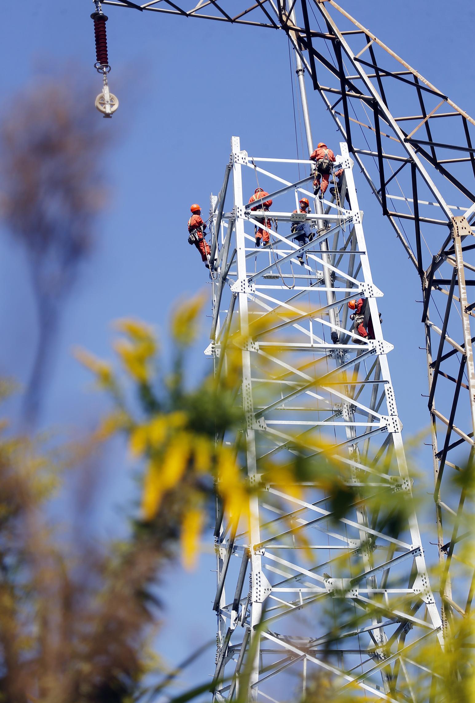_D3Y37551工作人员正在高空配合进行立塔施工.jpg