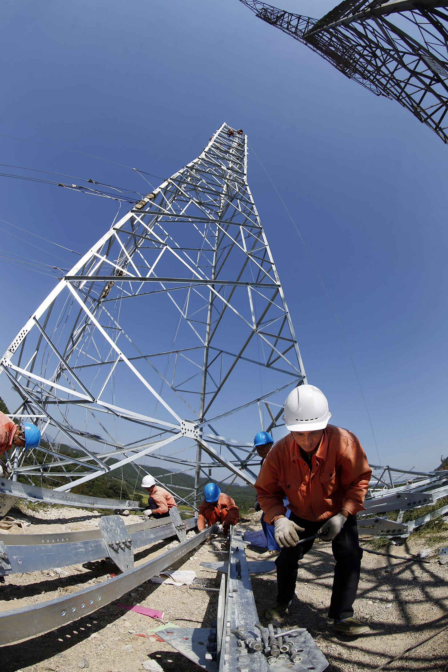 _D3Y37671地面工作人员正在准备塔材.jpg