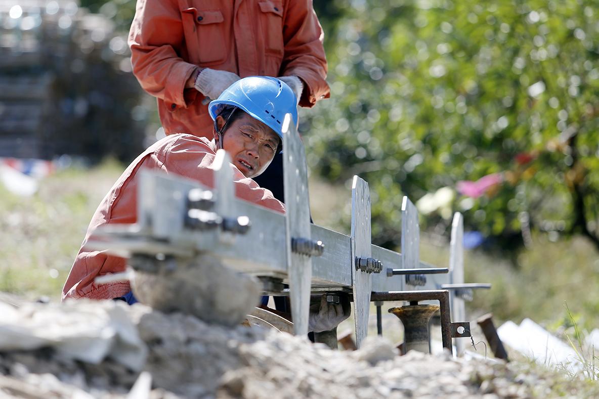 _D3Y38951工作人员正在地面拼接塔材.jpg