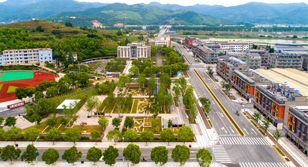小城镇环境综合整治后的越溪乡街景_副本.jpg