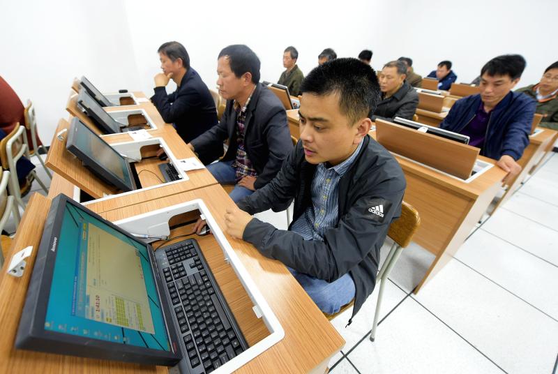 图为培训人员在安全生产理论考试 (1).jpg